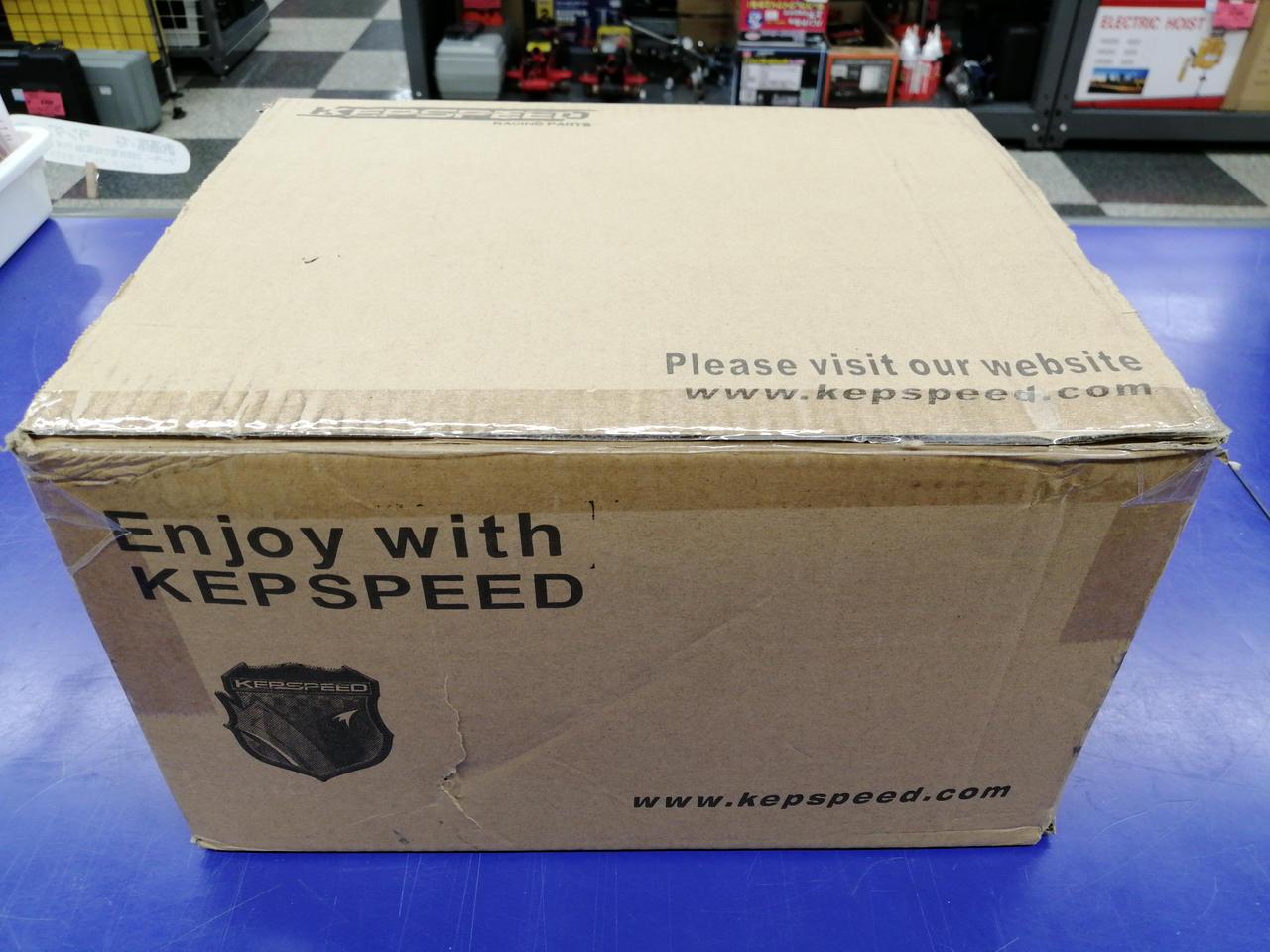 この箱にプチプチを巻いて発送します